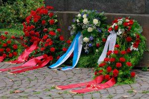 Kränze am Lechleiter-Denkmal