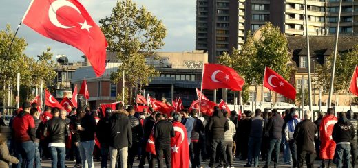 """Kundgebung und Gegenkundgebung: Türkische Nationalisten für """"Solidarität mit der Türkei und mit Erdogan"""""""