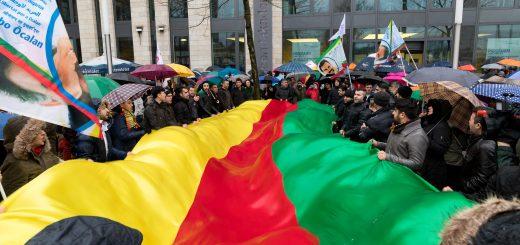 """Antikriegsdemo nach türkischen Militärschlägen: """"Afrin ist nicht allein"""" [mit Bildergalerie]"""