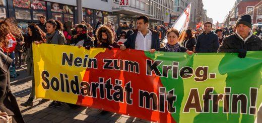 """""""Solidarität mit Afrin!"""" - Trotz großem Polizeiaufgebot - 800 Menschen demonstrieren bunt und friedlich [mit Bildergalerie]"""