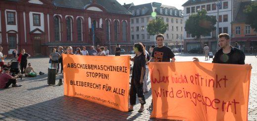 """""""Bleiberecht für alle!"""" Kundgebung am Marktplatz solidarisierte sich mit Geflüchteten"""