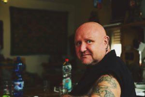 Antifaschist Michael Csaszkóczy vor dem Heidelberger Landgericht
