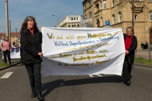 """""""Bauflächen sind keine nachwachsenden Rohstoffe!"""" - Bis zu 300 Menschen bei Demo gegen Bodenspekulation [mit Bildergalerie]"""