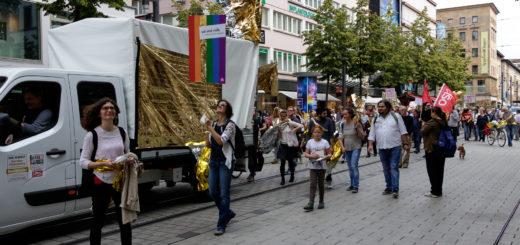 """""""Die Kunst bleibt frei!"""" - Glänzende Demo der """"Vielen"""" und Diskussionen um AfD-Auftritte in Mannheimer Kulturhäusern"""