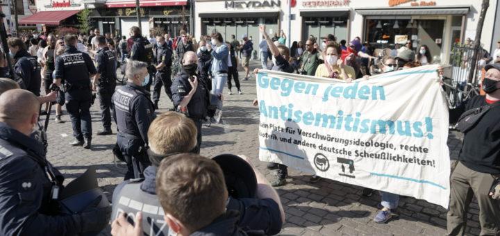 Versammlung der Corona-Demagog*innen auf dem Marktplatz in Mannheim – massenweiser Verstoß gegen Auflagen – Protest gegen Antisemitismus und Verschwörungsideologie [mit Bildergalerie und Video] - Nachtrag: Bericht zum Protest am 18. Mai