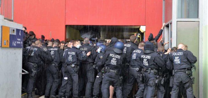 Wie gelingt es Hess-Aufmärsche unmöglich zu machen und gleichzeitig Polizeigewalt anzuprangern? (Kommentar)