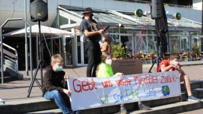 Freund*innen und Mitschüler*innen forderten heute vor dem Rathaus in Ludwigshafen die Wiedereinreise der abgeschobenen Famile Shayman