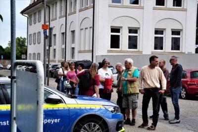 Illegaler Protest gegen Impfaktion mündet in Angriff auf Pressefotografen (mit Fotogalerie)